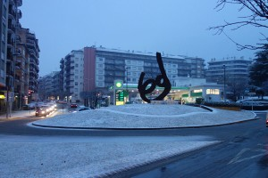 La primera nevada de l'any emblanquina els carrers de Berga
