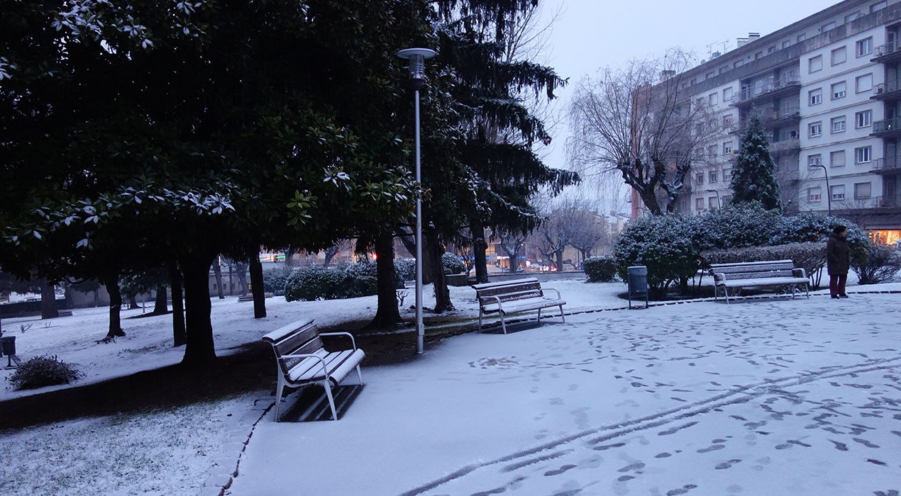 Berga comença a combatre la neu i omple contenidors de matèria orgànica amb potassa per als ciutadans