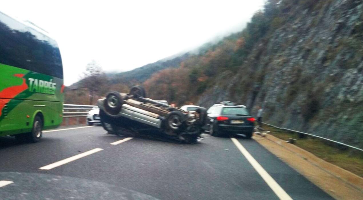 Un aparatós accident a la C-16, a la Nou de Berguedà, congestiona la circulació en tots dos sentits