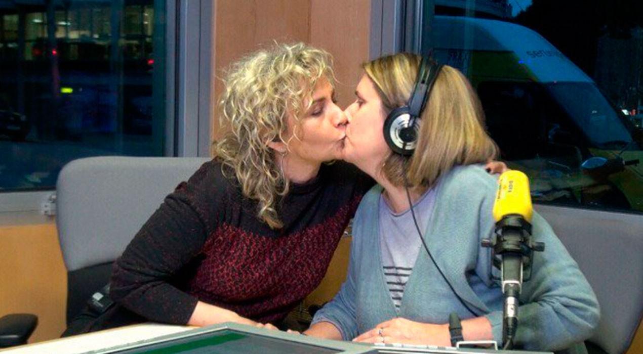 El petó de Mònica Terribas contra l'agressió homòfoba viscuda a Berga