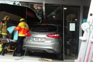 Una conductora perd el control i encasta el cotxe dins de la fusteria Difra, al carrer del Roser
