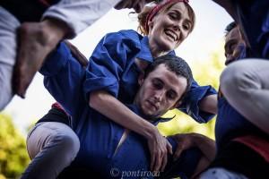 Els Castellers de Berga i uns vint refugiats comparteixen plaça amb una de les millors colles del país