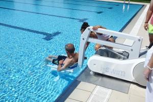 La piscina de Gironella estrena una cadira que facilita el bany a persones amb mobilitat reduïda