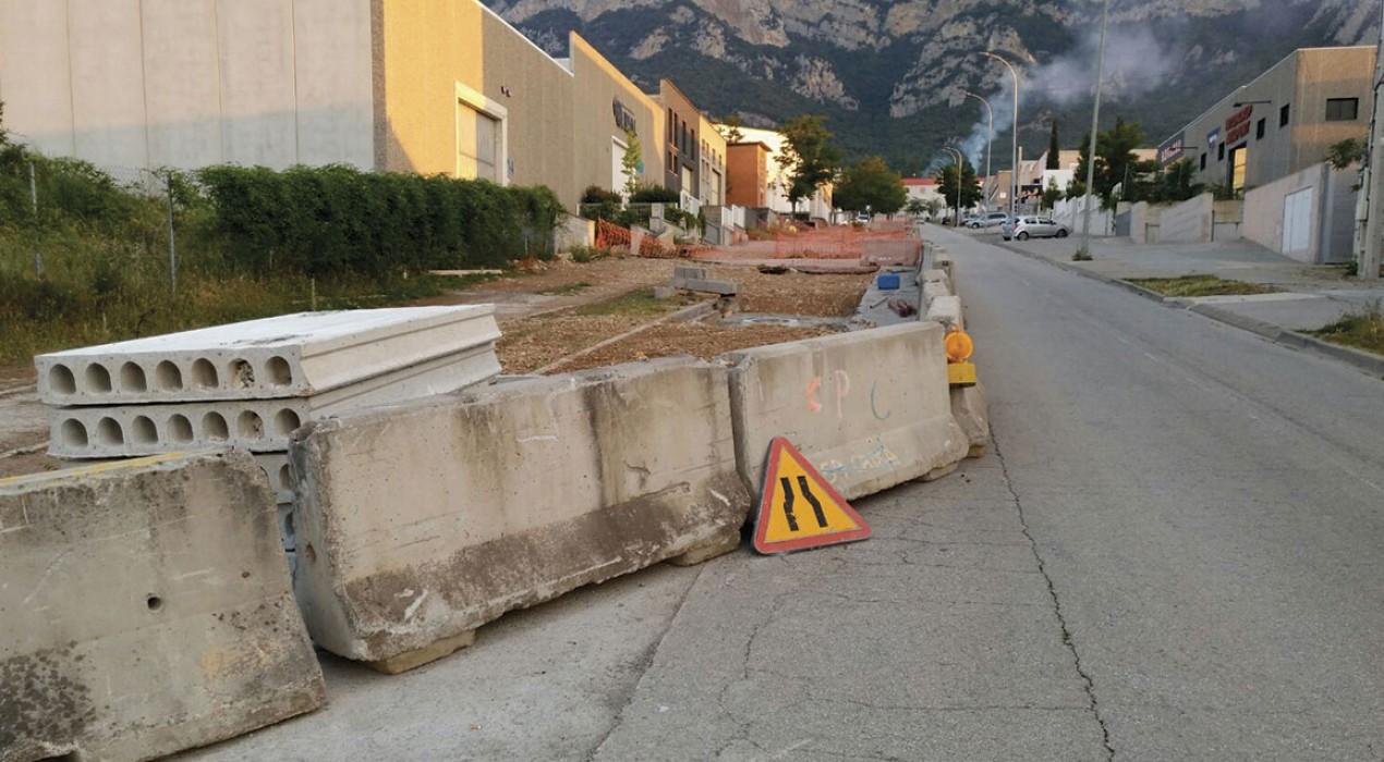 Creix el malestar entre els empresaris de la Valldan per les obres a les voreres del polígon