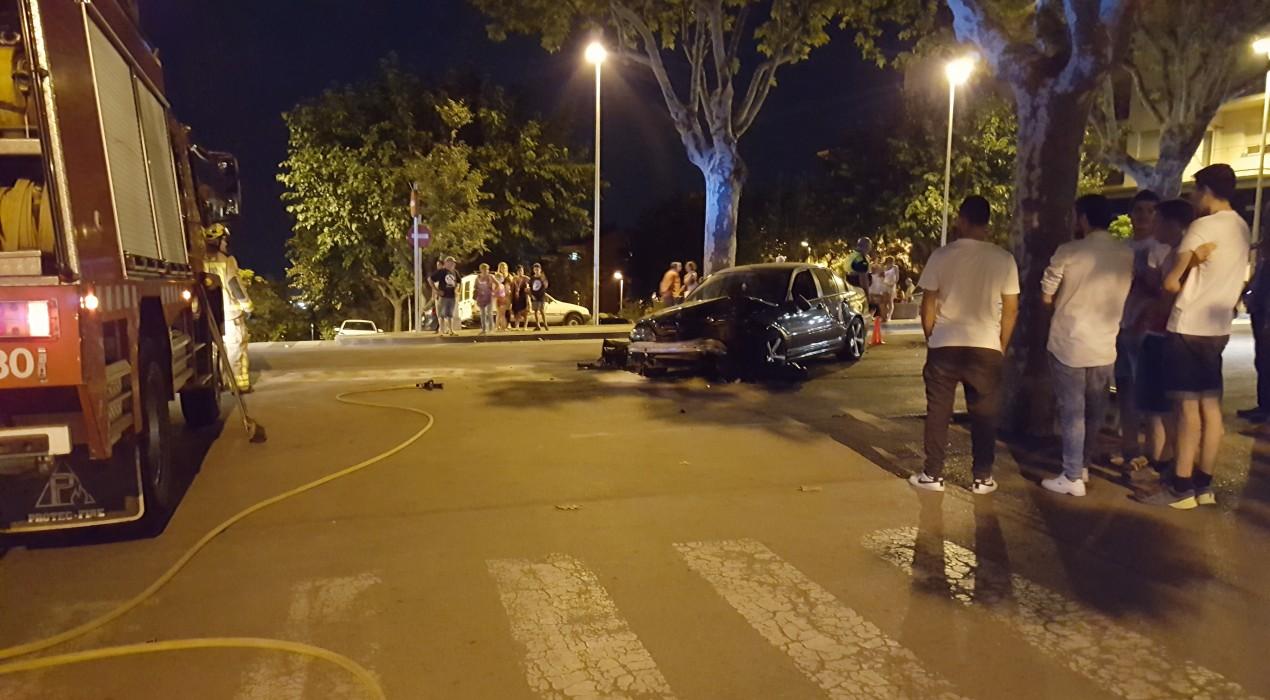Un cotxe s'encasta amb un fanal al passeig de la Indústria