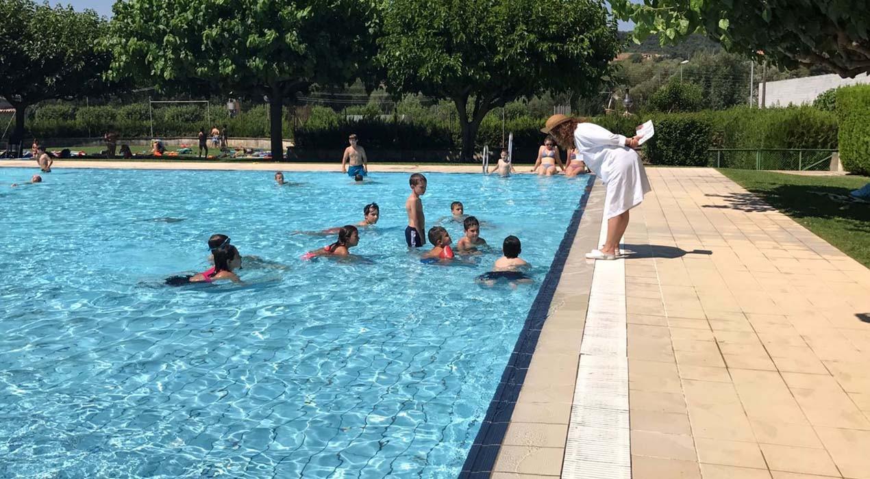 Dues infermeres del CAP Gironella fan prevenció del càncer de pell entre els usuaris de la piscina municipal