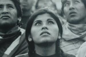 La lluita boliviana contra la privatització de l'aigua omple els aparadors buits del carrer Major de Berga