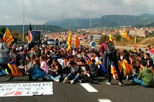Més d'un centenar d'estudiants de secundària de Berga tallen la C-16 per condemnar l'ofensiva contra l'1-O