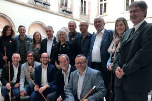 Les alcaldies del Berguedà es desplacen al Parlament per donar suport als diputats de Junts pel Sí i la CUP