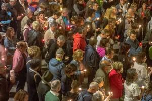 Les espelmes donen escalf a una plaça de Sant Pere enrabiada i impotent, però pacífica i silenciosa