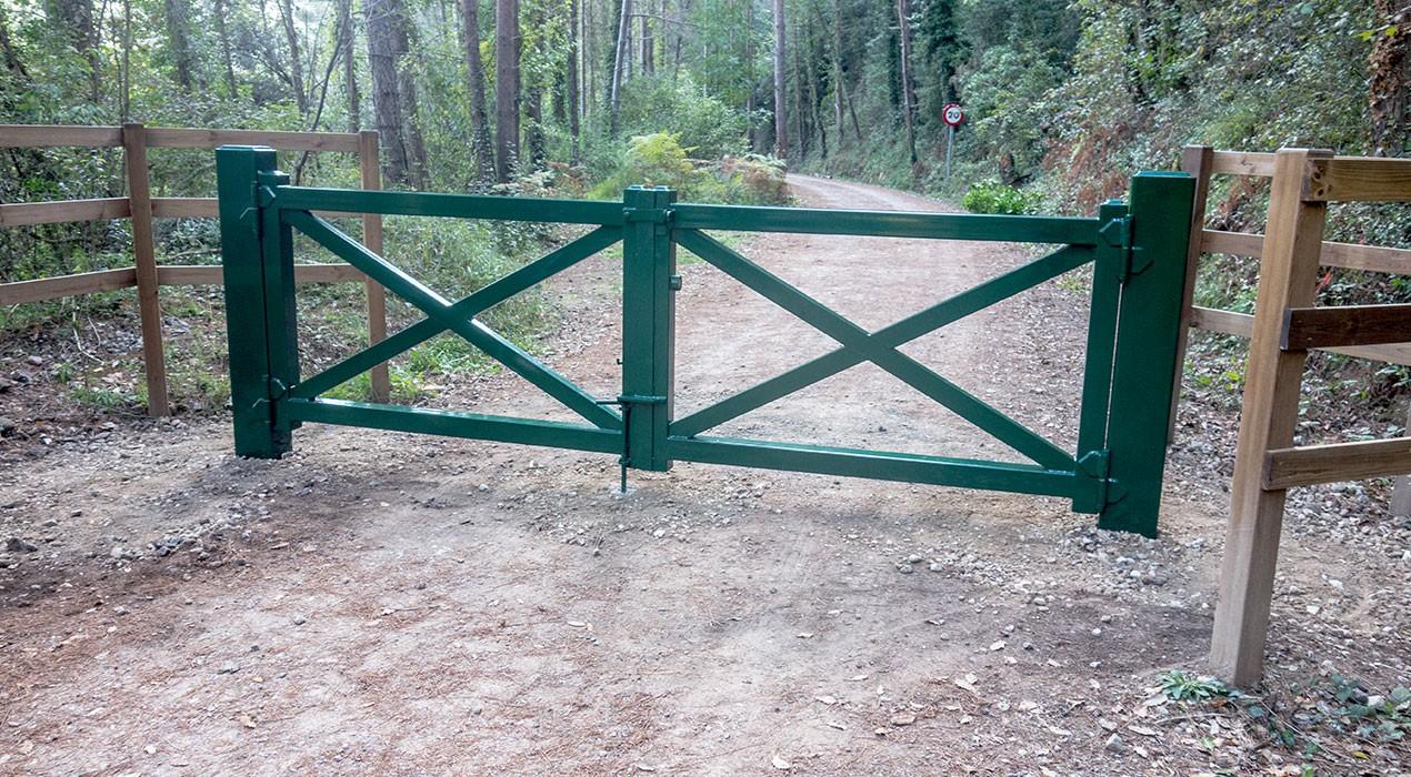 El Consell Comarcal instal·la portes de ferro al camí entre Pedret i Cal Rosal per barrar el pas a vehicles