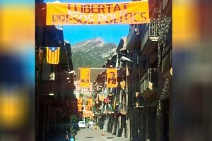 Bagà penja cartells dels rostres dels presos al carrer del Raval, la zona més comercial del poble
