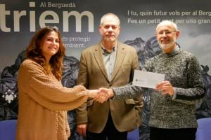La recollida d'oli domèstic usat al Berguedà dona diners a una entitat social de la comarca