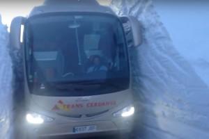 Un autocar passa entre parets de quatre metres de neu al Coll de la Creueta
