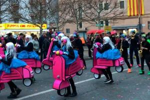 Més de 700 persones i 16 comparses participen en una rua de Carnaval de Gironella passada per aigua