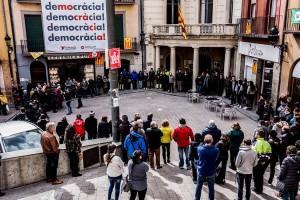 Un centenar de persones participen en el minut de silenci a la plaça de Sant Pere en memòria de Manela Quesada