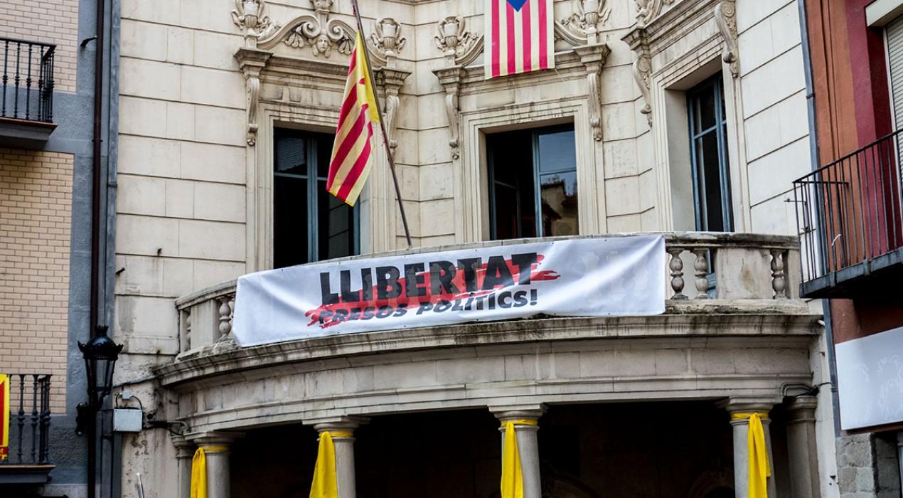L'estelada, els llaços grocs i la pancarta pels presos tornen a lluir a la façana de l'Ajuntament de Berga