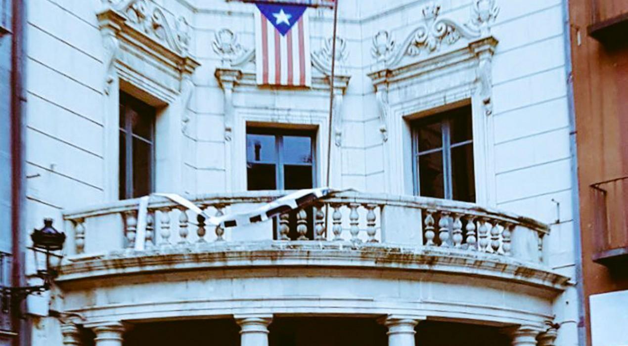 L'Ajuntament de Berga es desperta sense l'estelada, els llaços grocs ni la pancarta pels presos polítics