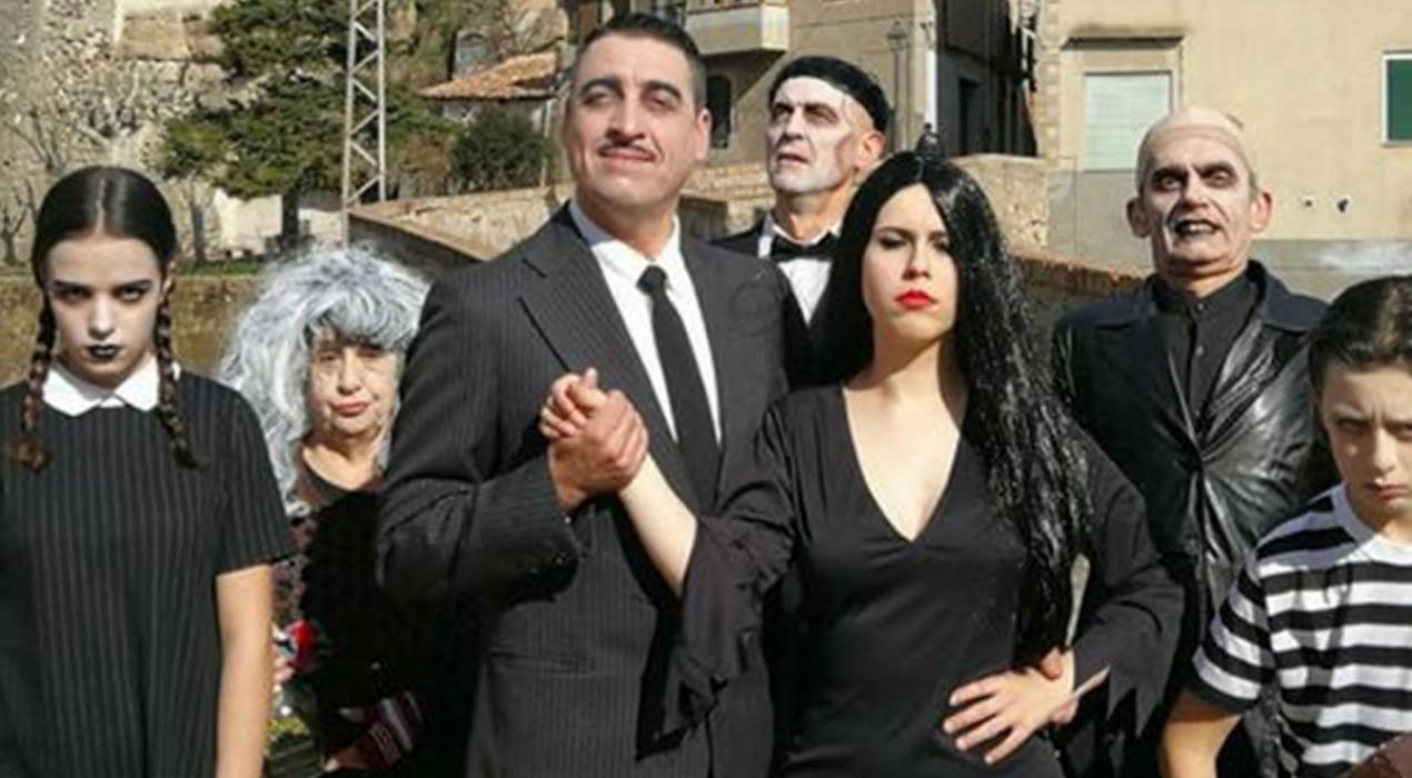 La família Addams aterra (a) Gironella