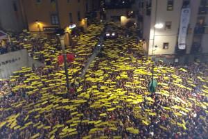 Llegeixen la carta de Jordi Sànchez als patumaires pels altaveus de la plaça abans del primer salt de plens