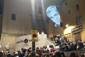 Un projector il·lumina el rostre de Pòlit Miro en el Cap d'Any Patumaire més especial dels últims anys