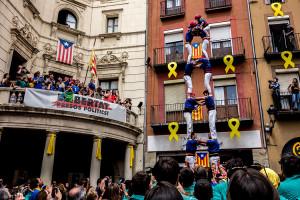 Els Castellers de Berga descarreguen la primera torre de 7 de la temporada en una diada d'estrenes a la plaça de Sant Pere