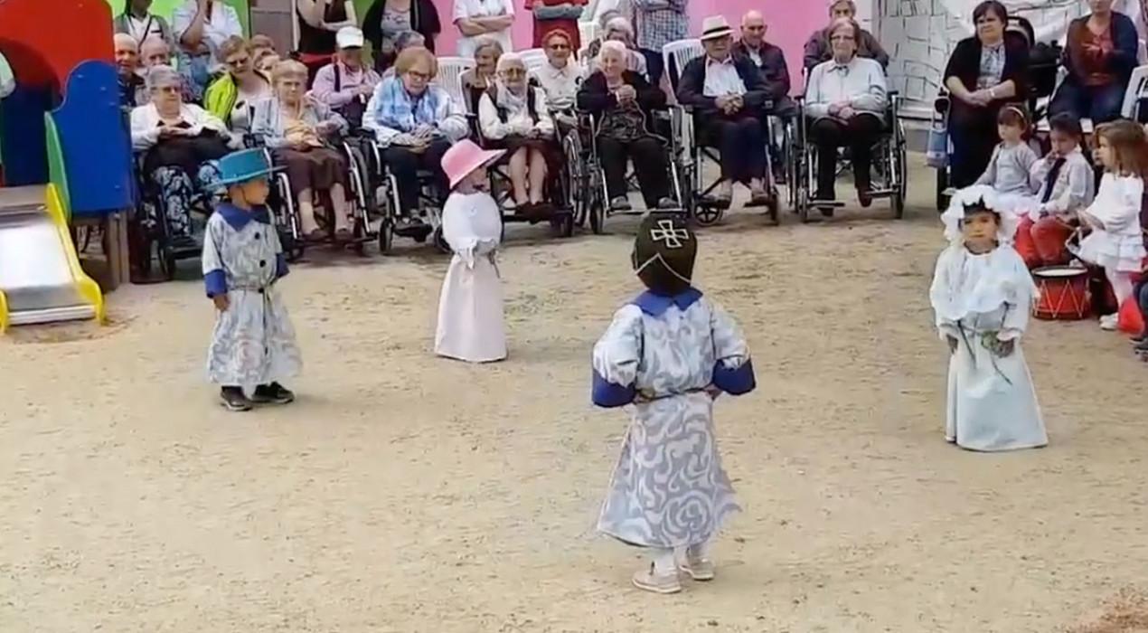 Mira com els nens de 2 d'anys de l'escola bressol ja saben el ball dels nans nous