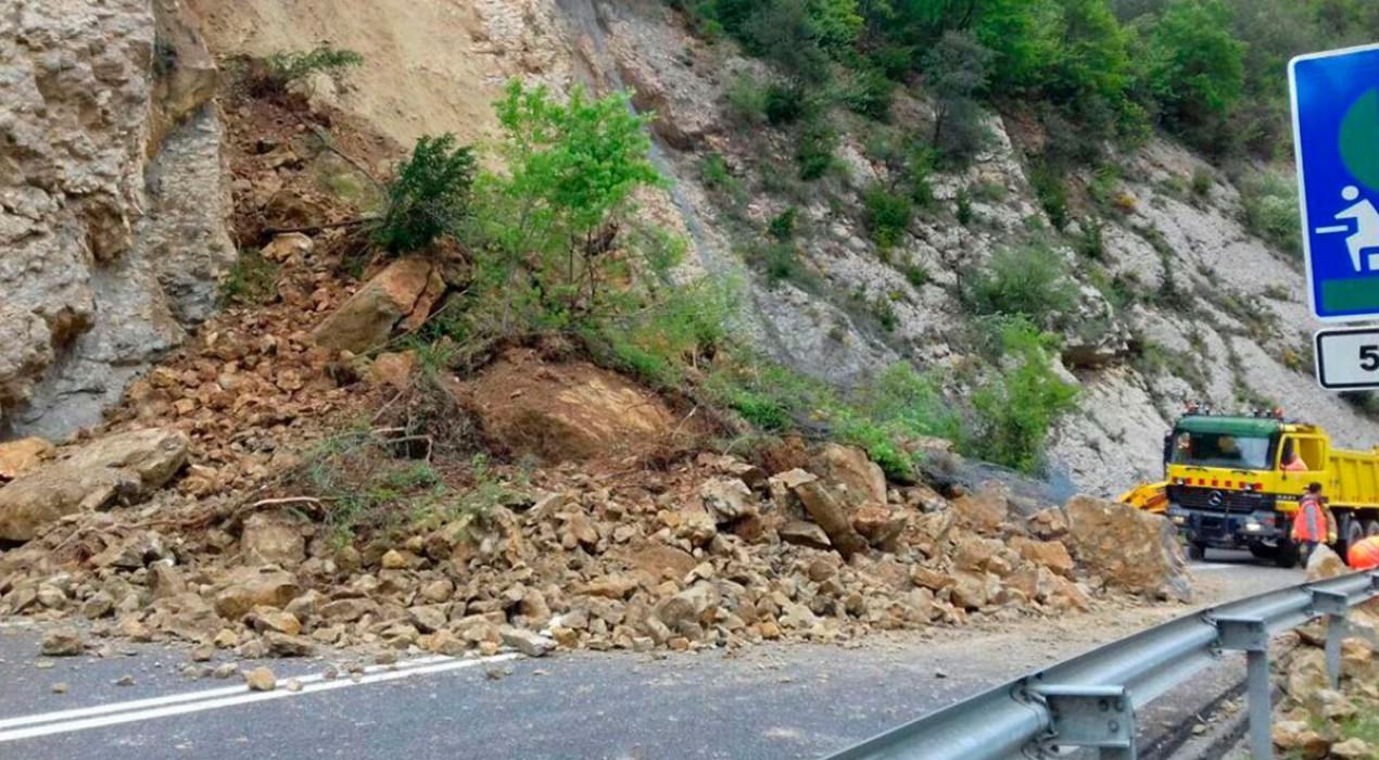 La C-16 torna a la normalitat després d'una nit de treballs per retirar les roques de la carretera