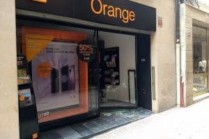 Trenquen la porta de vidre de la botiga Orange de Berga i hi entren de matinada