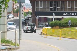 Cacen un cotxe fent la rotonda del passeig de la Pau de Berga en sentit contrari