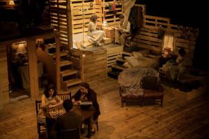 """La Farsa brilla i omple el teatre de Berga amb """"El diari d'Anna Frank"""""""