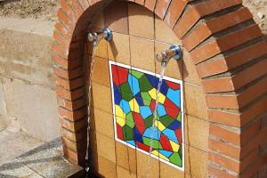 Els avis del Casal Cívic i els alumnes de Santa Eulàlia renoven la font del pati de l'escola