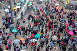 La banda de l'Escola de Música es converteix en una xaranga d'animació improvisada i aixeca els ànims de la plaça sota la pluja