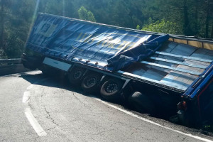 Un camió bolca de matinada a Vilada i talla la C-26 en tots dos sentits de la marxa