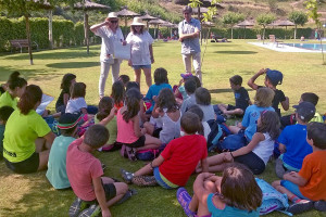 Dues professionals del CAP de Puig-reig fan prevenció de les lesions solars entre els usuaris de la piscina municipal
