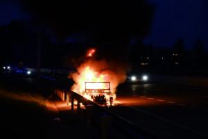 Un cotxe clàssic crema de matinada a la C-16, a l'entrada sud de Berga