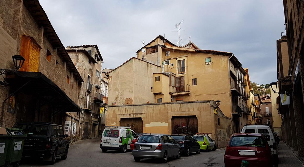 El govern de Berga vol enderrocar una part d'un immoble del carrer del Balç per fer-hi una plaça