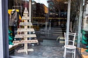 Nadal diferent al Vall: de les llums tradicionals als carrers als arbres de fusta davant els comerços