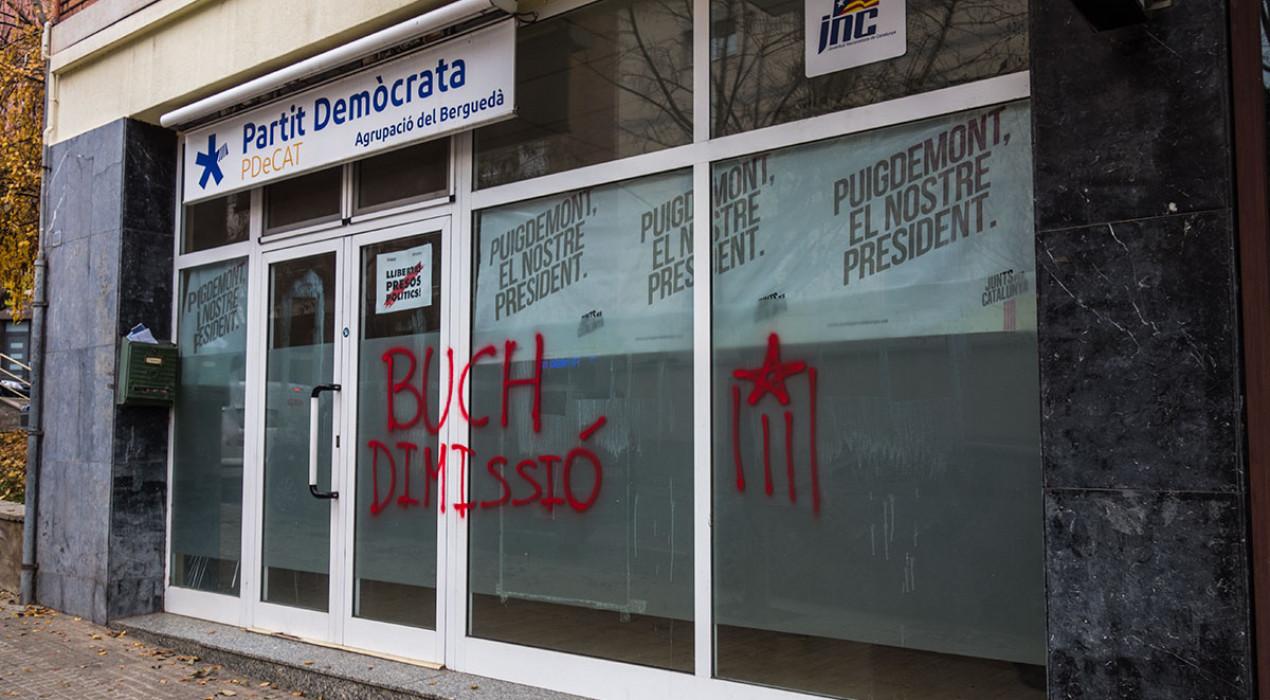 Joves de l'Esquerra Independentista de Berga pinten una estelada al local del PDeCAT i demanen la dimissió de Buch