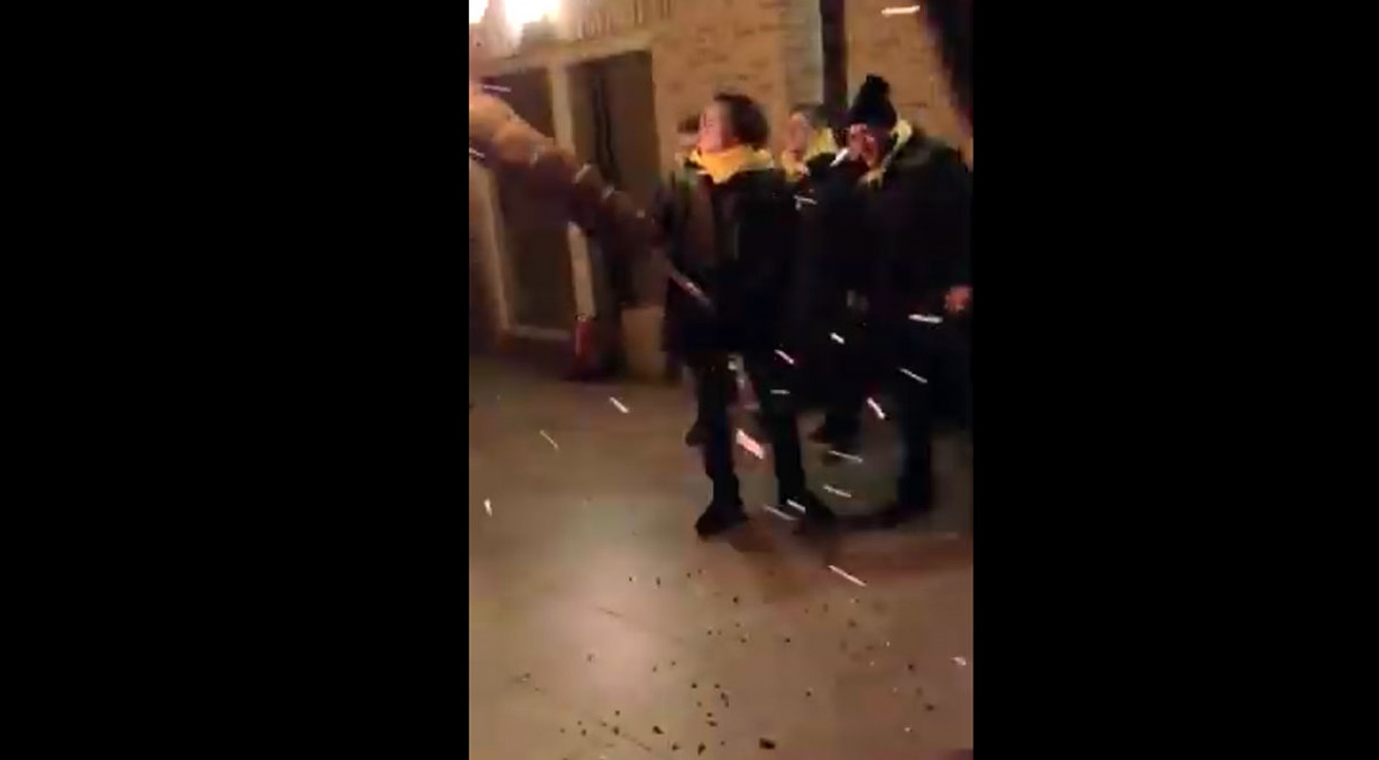 Carles Puigdemont viu la crema d'una faia a les portes de la Casa de la República, a Waterloo
