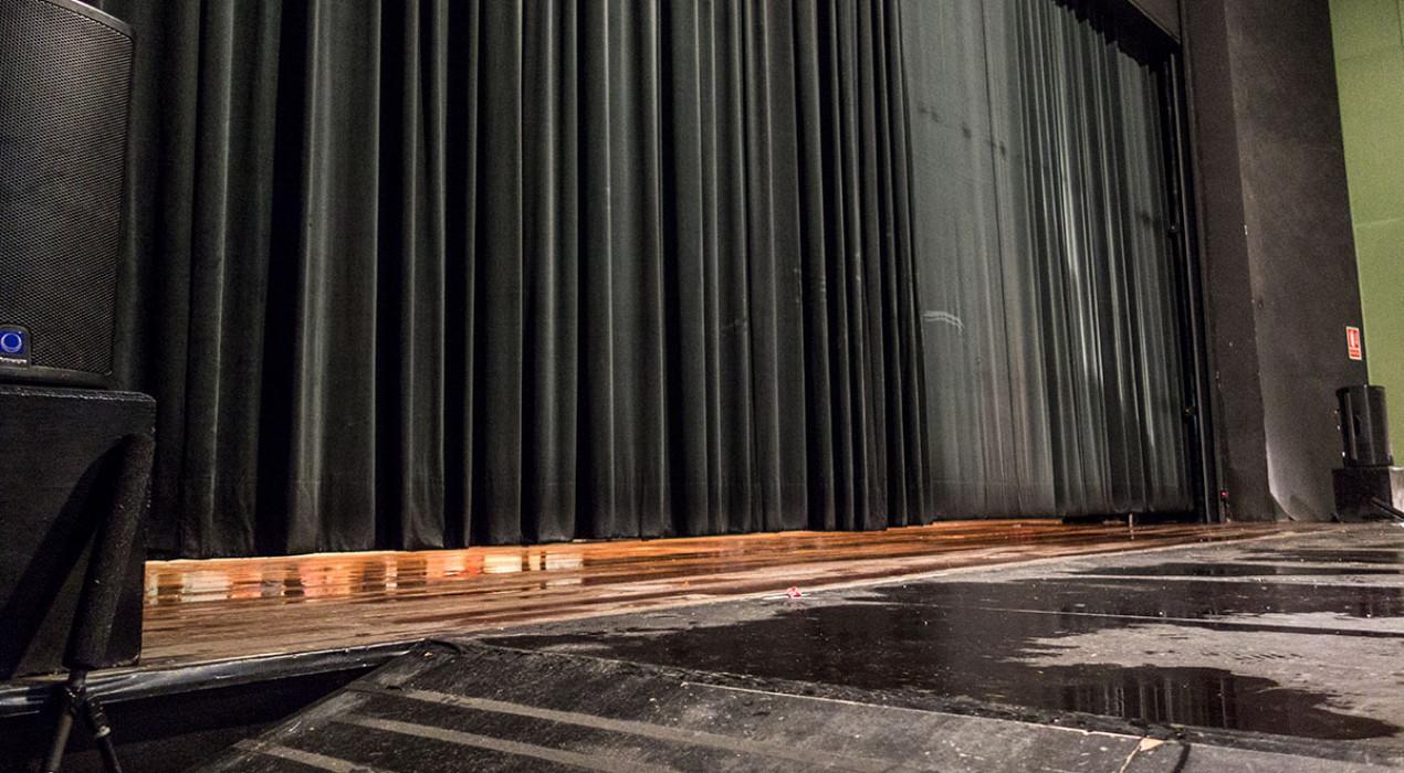 Una avaria en el sistema anti-incendis inunda la part inferior de l'escenari i un tros de platea del teatre municipal de Berga