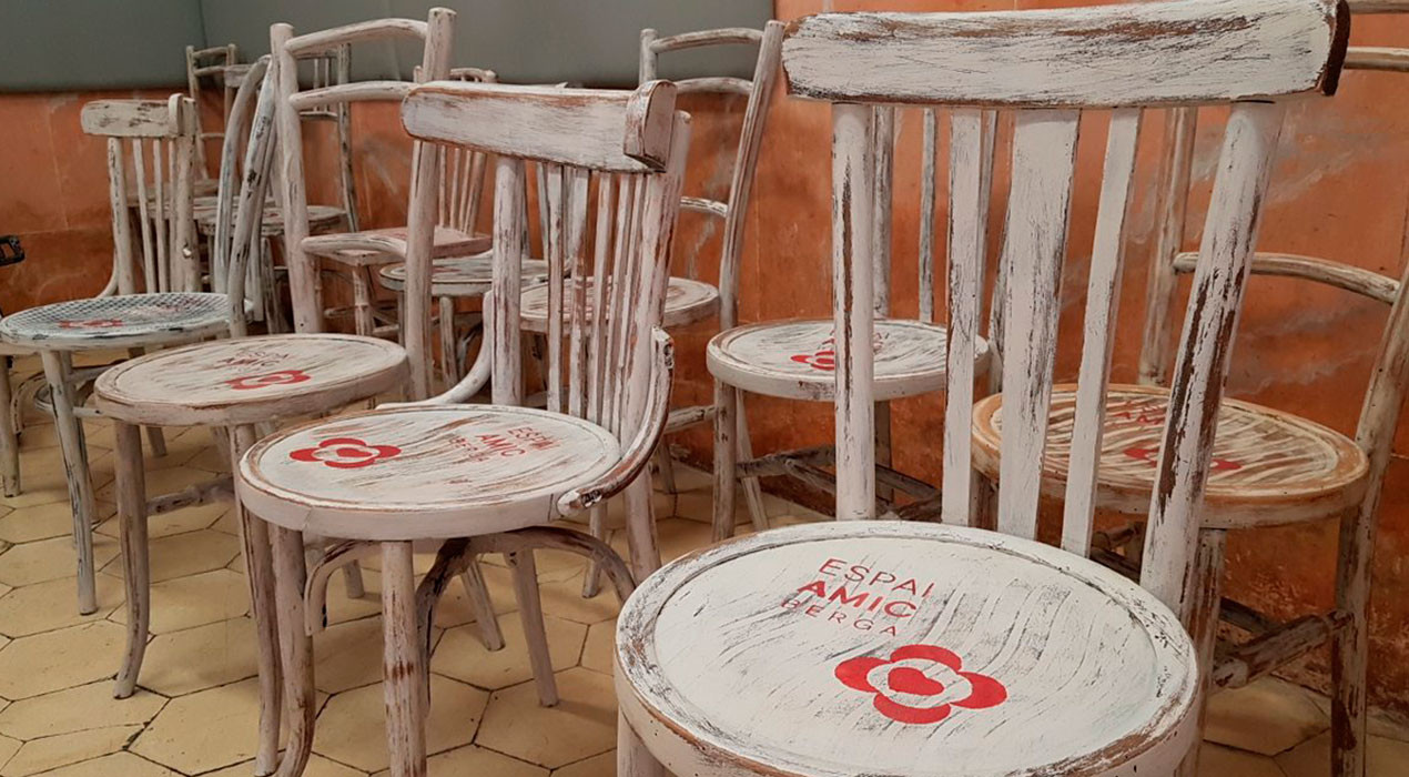 L'Ajuntament de Berga distribueix les cadires que permetran als veïns poder descansar en alguns comerços