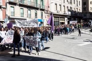 Una manifestació feminista recorre els carrers de Berga i fa notar el clam per a la igualtat