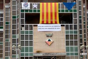 L'Ajuntament de Puig-reig penja l'estelada separada per peces per denunciar que la Junta Electoral l'ha fet treure