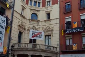 La pancarta pels presos polítics torna a lluir davant l'Ajuntament de Berga amb l'ajuda dels veïns