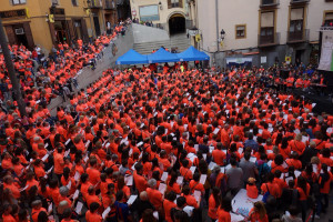 Unes 2.000 veus fan sonar els Doctor Prats a Berga en una macrocantada popular inèdita al país