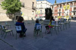 """Cadires numerades ocupen places de Berga per visibilitzar el malestar de l'escola pública: """"Els nens no són números"""""""
