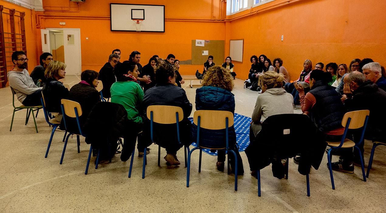 Famílies i professors es tanquen al gimnàs de l'Escola de Sant Joan per reclamar la segona línia de P-3