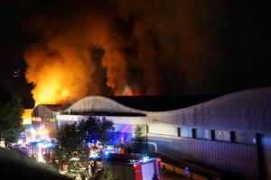 L'incendi que ha cremat part de la fàbrica de Fibresa d'Avià de matinada