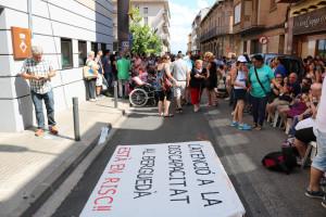 Concentració davant del Consell Comarcal per exigir que es garanteixi el servei que ofereix l'Associació Pro Disminuïts Psíquics del Berguedà